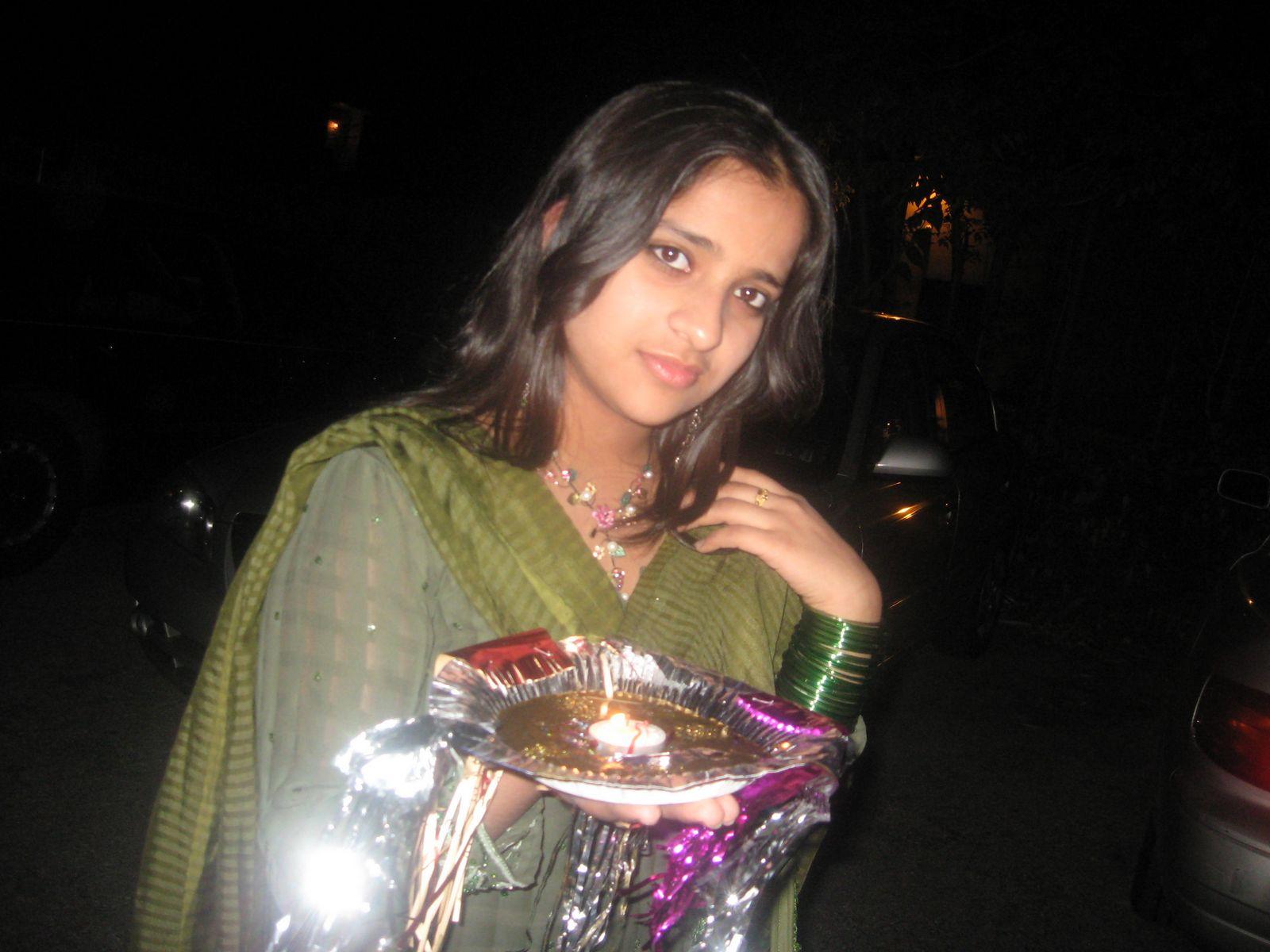 http://4.bp.blogspot.com/-9ATX6X27uqo/TgOpkal6BoI/AAAAAAAAAeU/t7vpIr8ySX0/s1600/Pakistani%20Girls%20Wallpapers-16.jpg