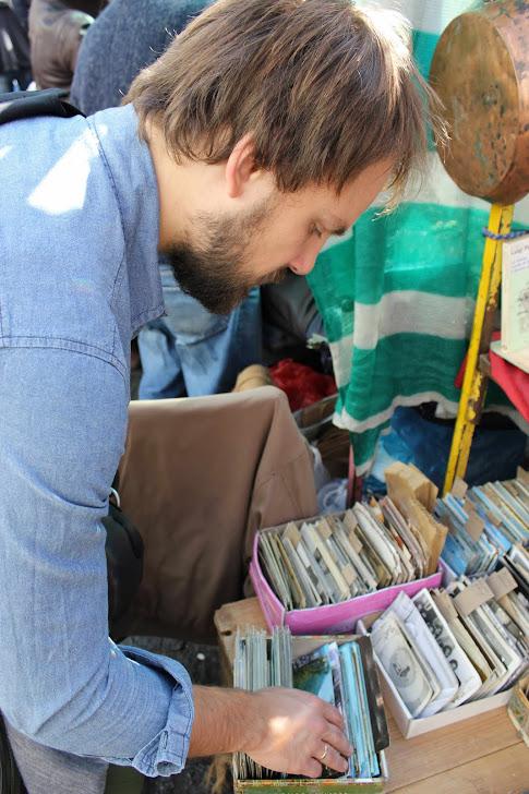 Andreas ser på gamle kort
