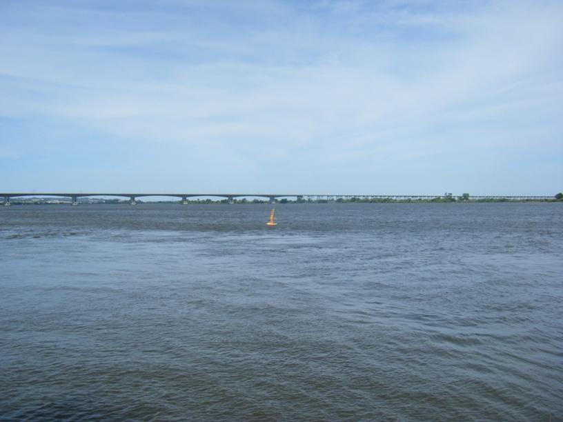 Rio Tejo com ponte ao fundo