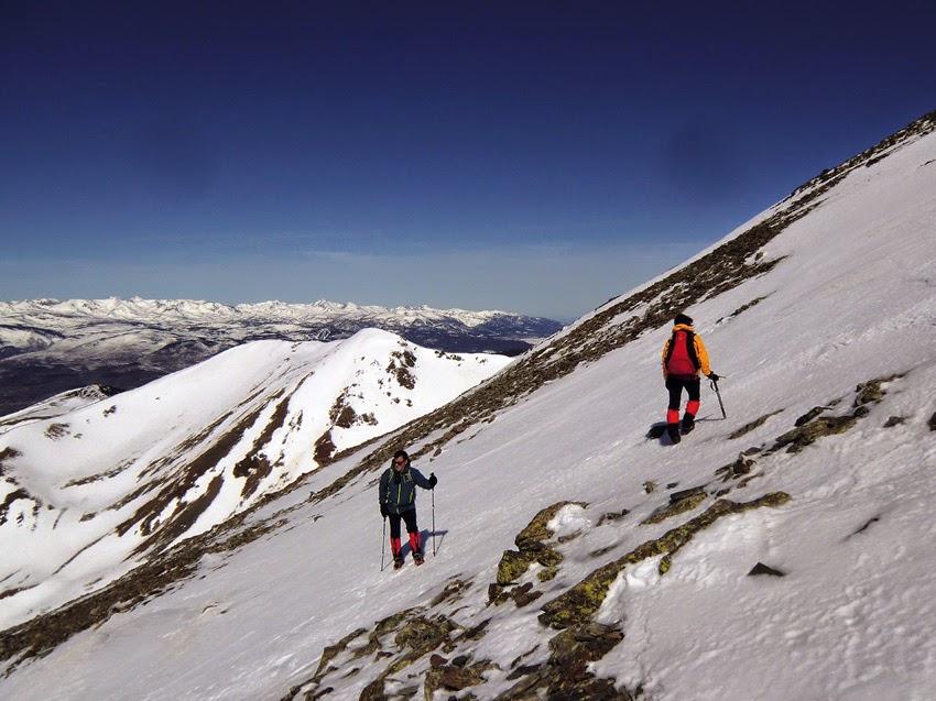 Último tramo en la ascensión al Puigmal en invierno.
