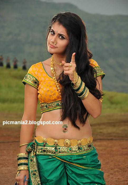 Taapsee Pannu saree navel