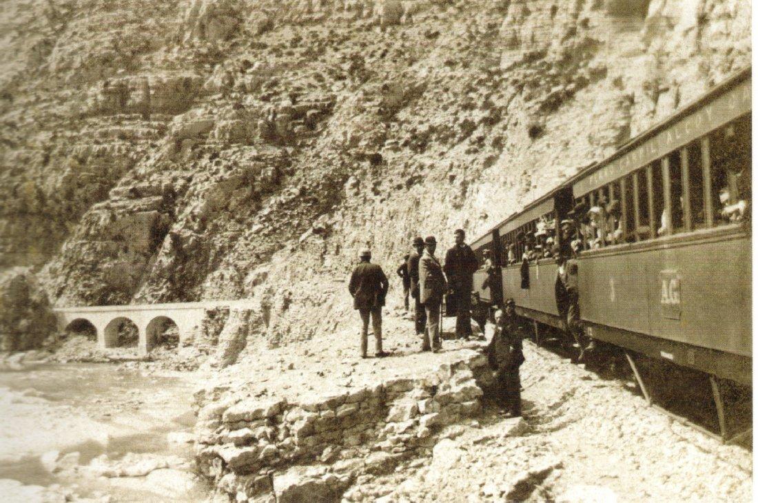 El tren d'Alcoi omplint calderes al barranc de l'Infern
