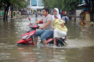 bencana alam banjir juga merendam jalan utama Aceh Singkil setinggi 60 cm