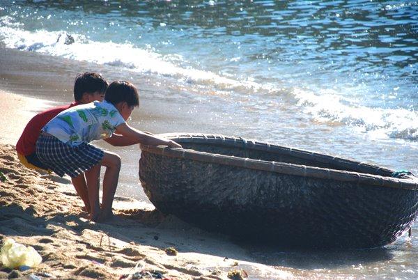 Trẻ em vùng biển dù ở lứa tuổi nào cũng tham gia sản xuất