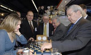 DSK joue aux échecs sur son iPad toute la journée