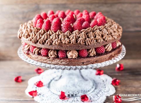 Maślany tort czekoladowy z malinami