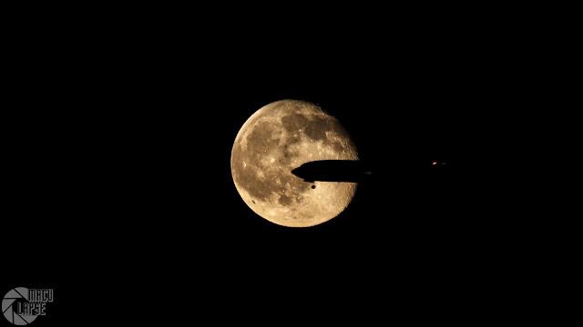 tranzyt samolotu na tle tarczy księżyca