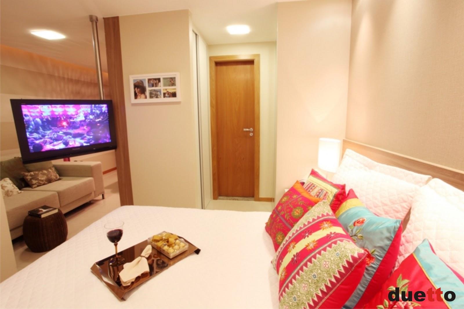 Ali no fundo ao lado da porta do banheiro tem até um mini closet! #AE1D27 1600 1066