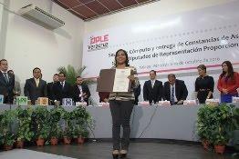 El OPLE entrega constancia a Janeth García, como diputada plurinominal