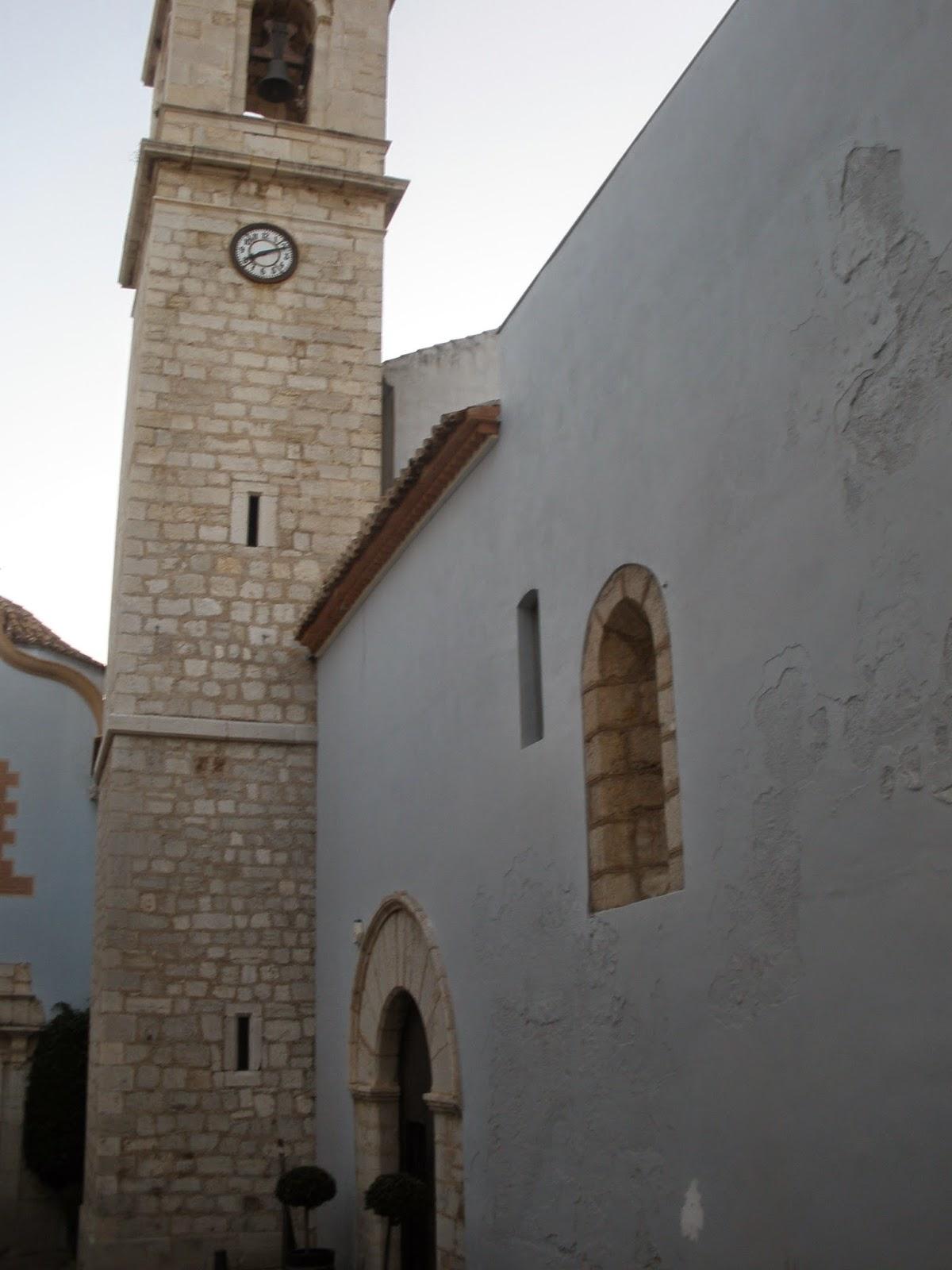 Iglesia de Santa María, posee un alto torreón con un reloj,