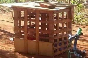 Criança de um ano era mantida dentro de gaiola de madeira.