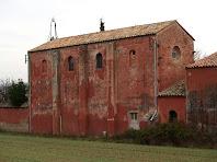 El mur de ponent amb contraforts de l'església de Sant Antoni de la Fàbrica Vermella