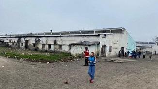 O mână de ajutor pentru familiile ce trăiesc în patru foste grajduri... ✅ Vezi album foto terifiant