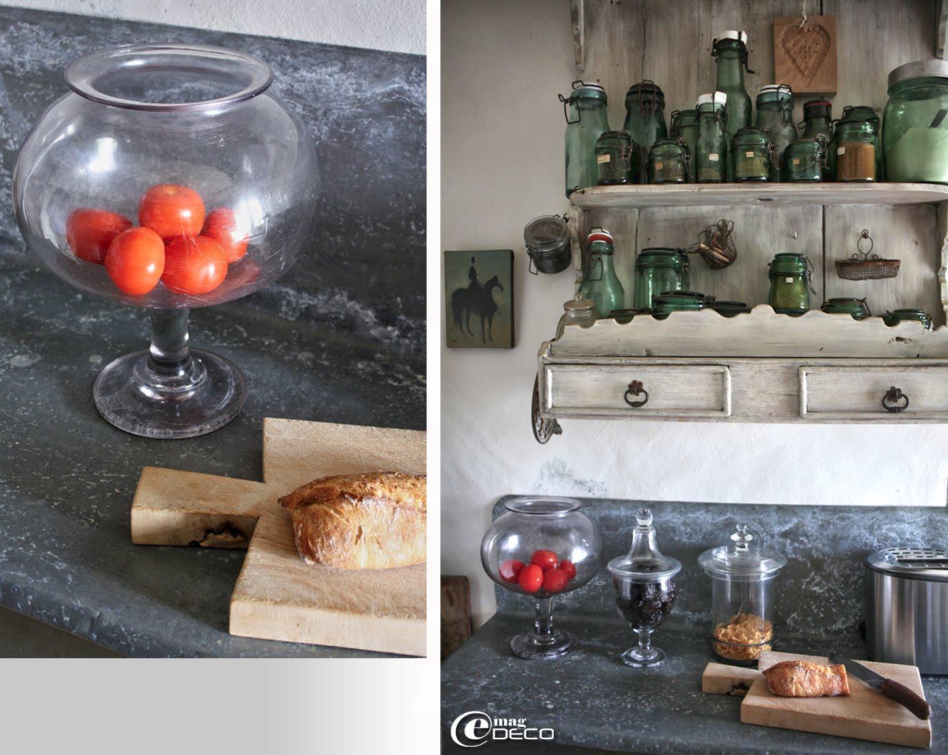 Bocal à sangsues détourné dans une cuisine et collection de bocaux de conserve en verre chinés