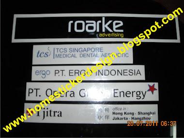 Pengerjaan sticker nama perusahaan