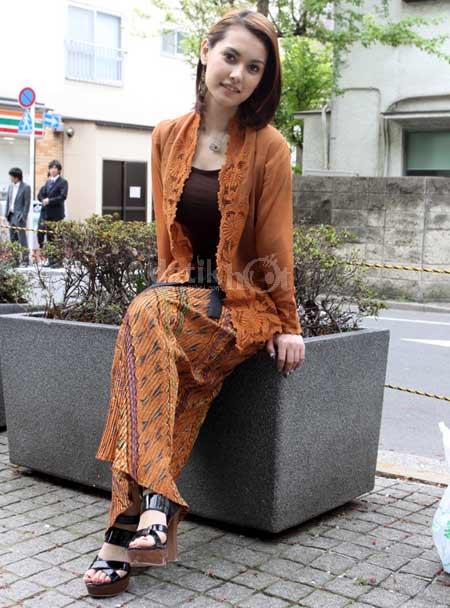 Si Cantik Maria Ozawa in Batik 05