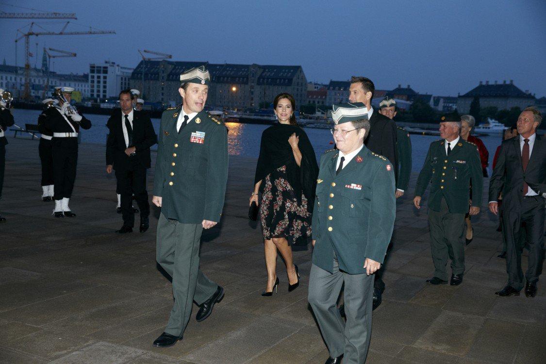 Hier, la Reine Margrethe , le Prince Henrik , le Prince Frederik, la Princesse Mary et le Prince Joachim se sont rendus à l'Opéra de Copenhague pour célébrer les 400 ans de l'Armée Danoise.