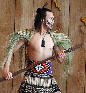 Guerrero maorí, colgante jade, tatuage tribal