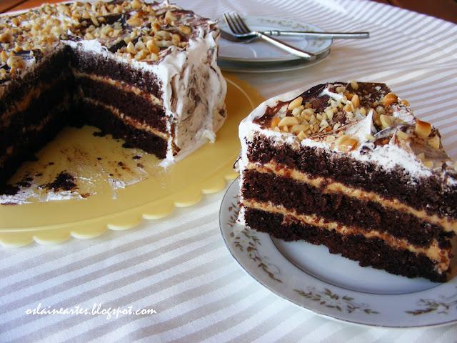 Bolo de Aniversário de Chocolate com Recheio de Amendoim