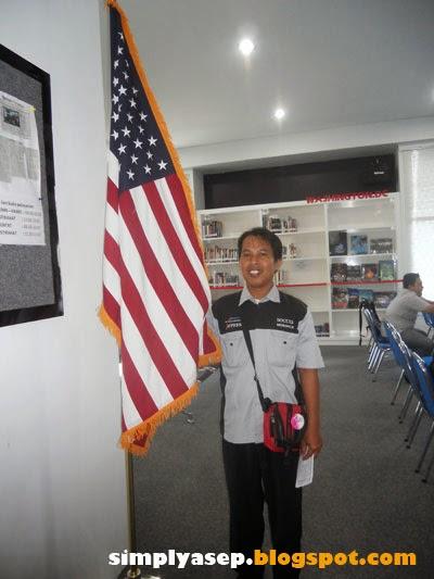 Asyik pegang bendera Amerika