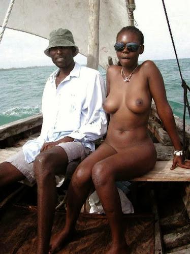 mulher pelada junto de homem com roupa