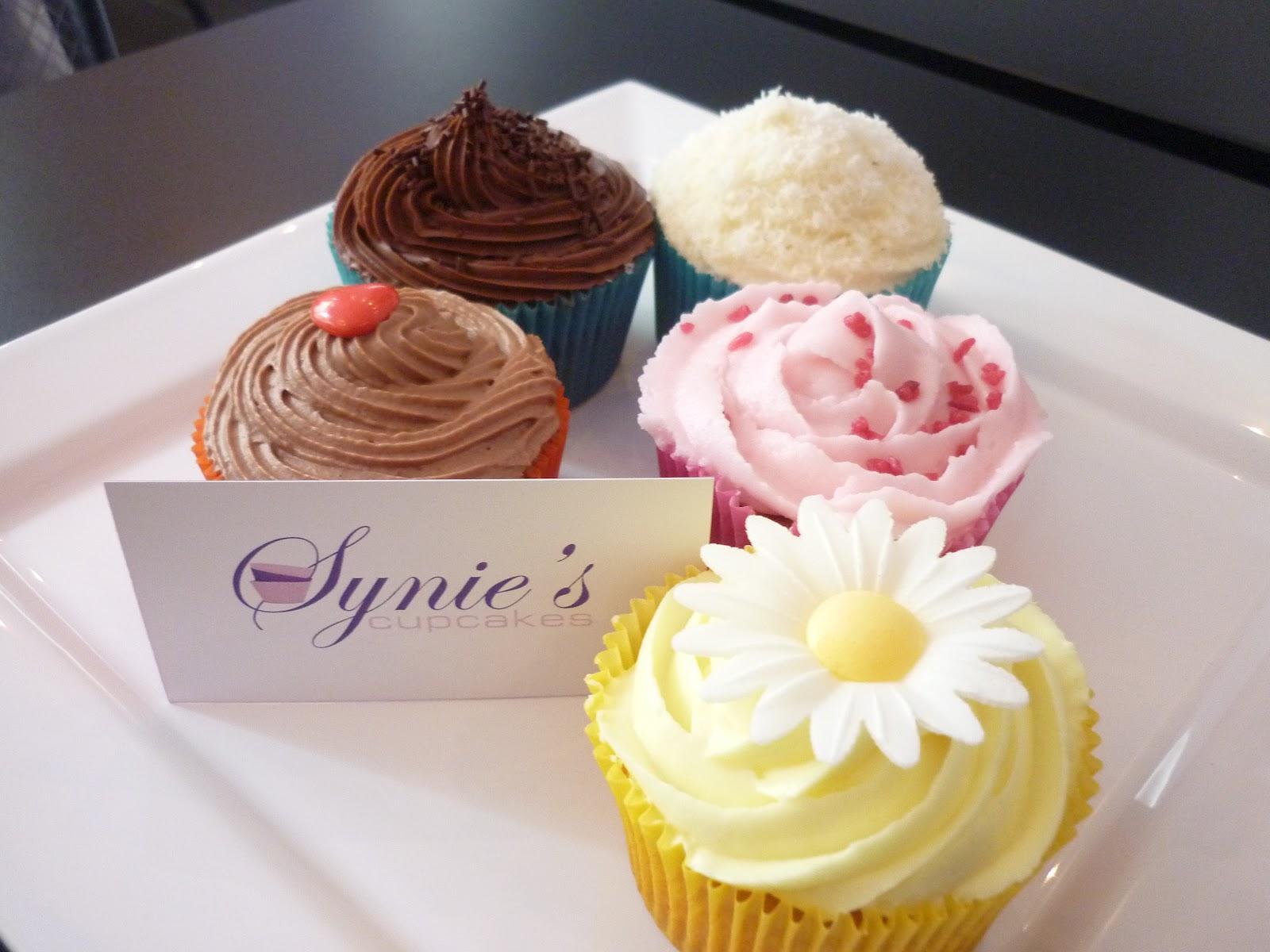 assiette avec différent parfums de cupcake, avec à coté  une carte de synie's