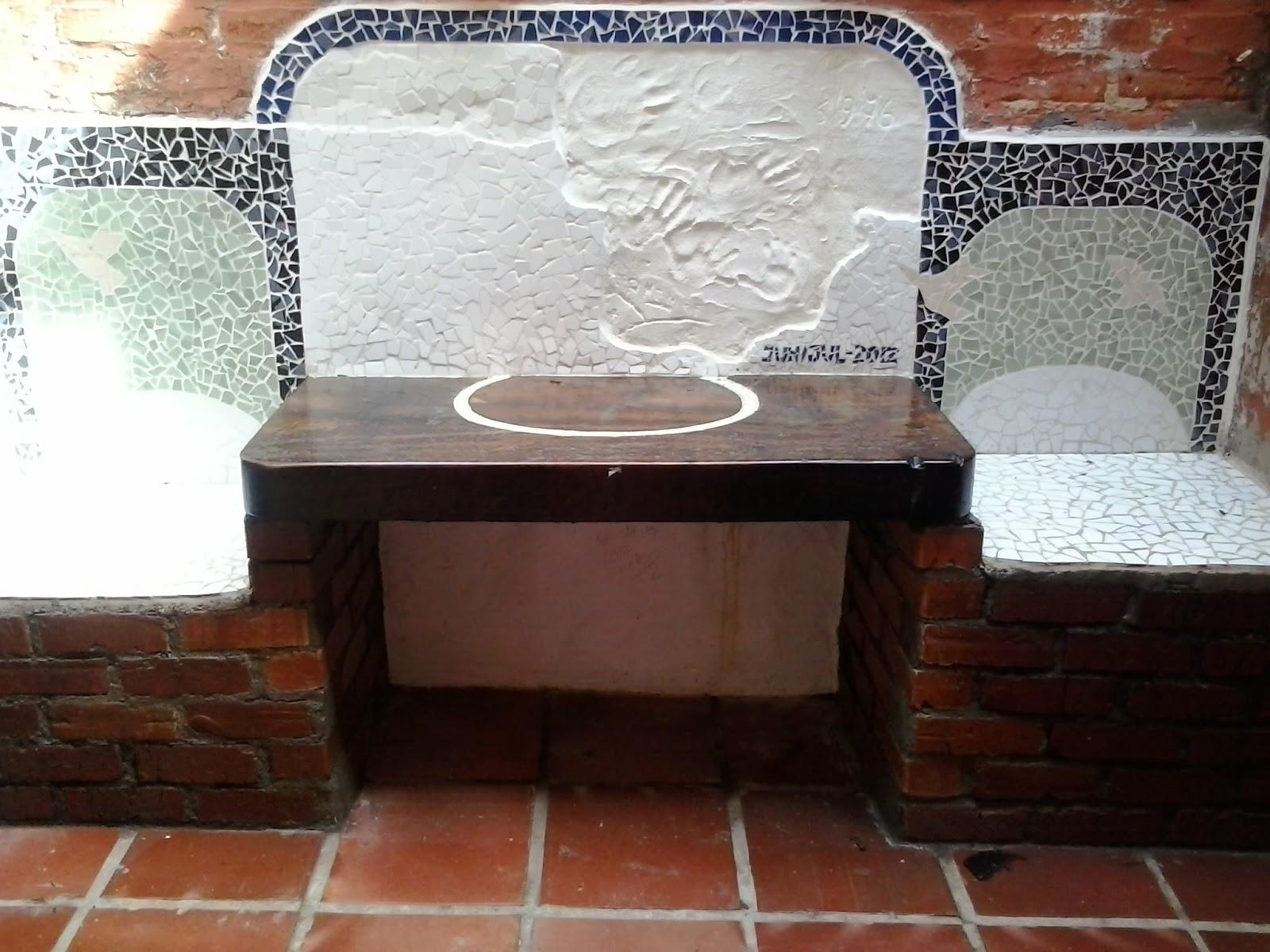 mesa de madeira e bancos em mosaico  bancos de tijolos  mosaico.jpg #6E3C2E 1600x1200