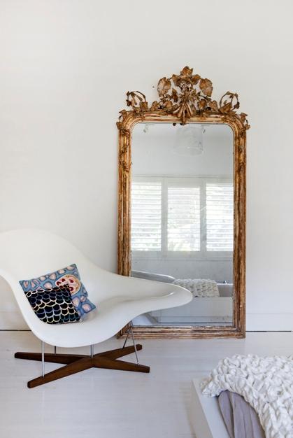 gran espejo apoyado en la pared