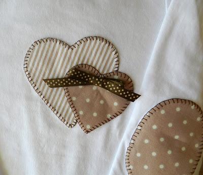 Camisetas patchwork, Camiseta patchwork. Camiseta con aplicación. Camiseta con coderas. Camiseta niña. Camiseta corazones.