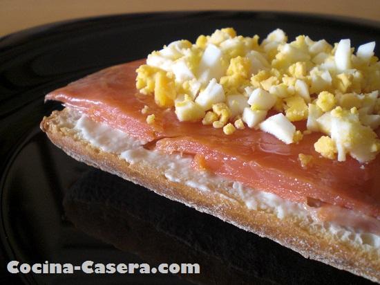 Tosta de salm n ahumado casero con queso recetas de - Tapas con salmon ahumado ...