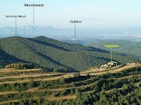 Montserrat, el Pla de Bages i en primer terme la masia de Puigmartre