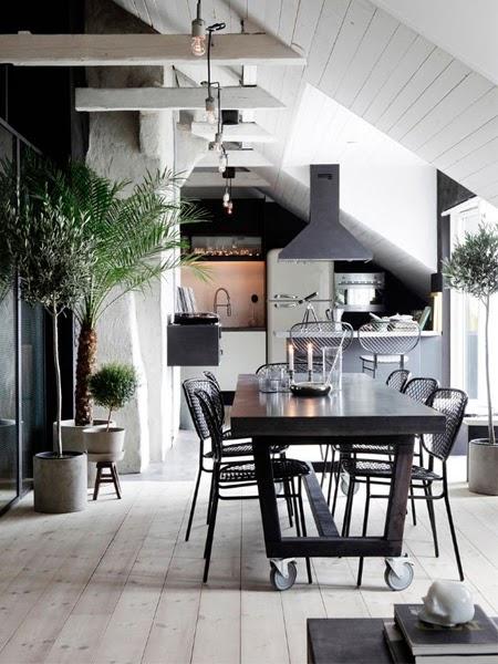 Czarne krzesła w jadalni