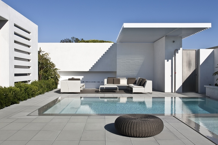 Swimming pool and terrace in CORMAC Residence In California