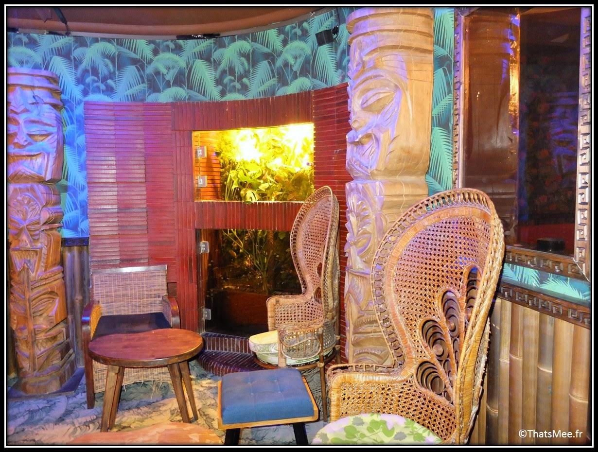 bar Dirty Dick Pigalle Paris déco tiki Polynésie, chaise osier rotin Emmanuelle déco bois, bar à hotesses