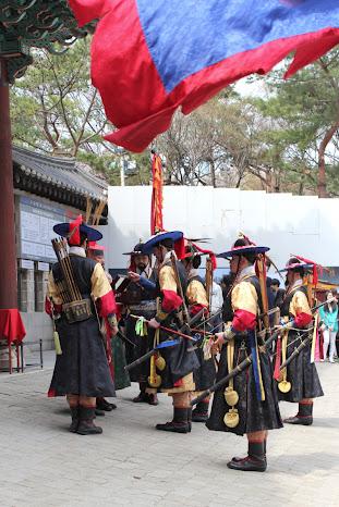 Momento del cambio de la guardia del palacio Deoksugung