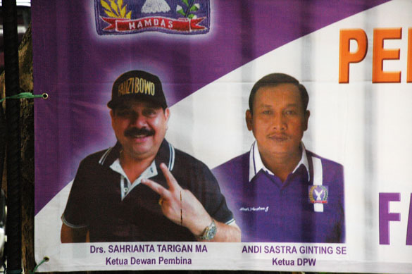 Fauzi Bowo is given the V sign