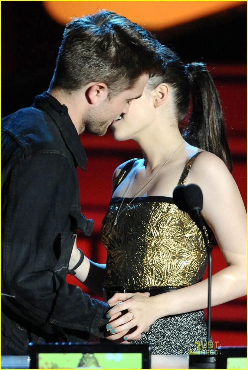 Couple Kissing Image and Lyrics Robert Pattinson Lyrics