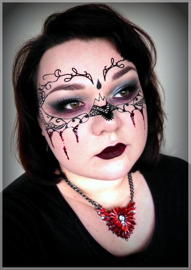 Maske mit schwarzem Eyeliner