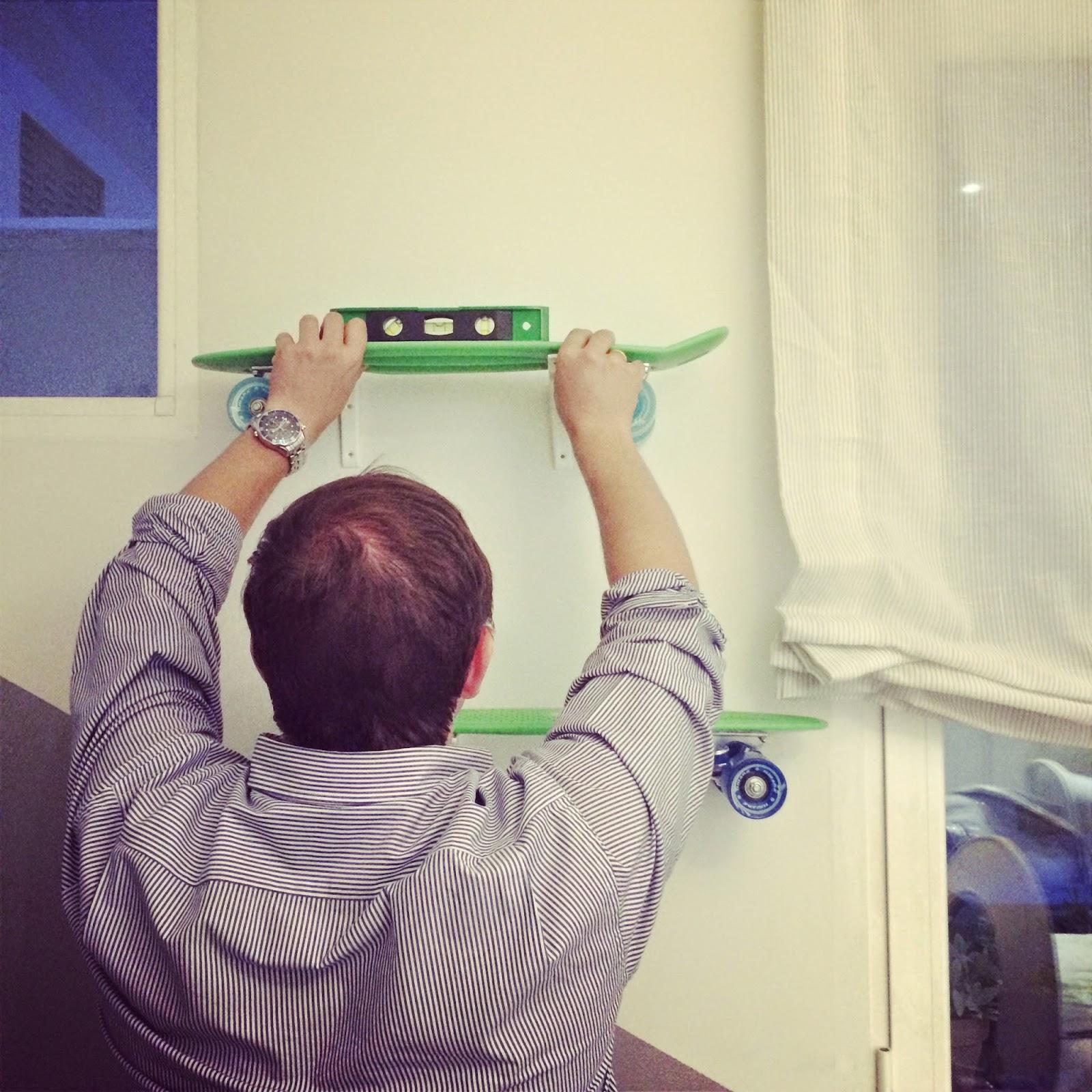 Nivelación de monopatín en pared para que quede recto