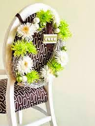 corona de flores para decorar sillas en una velada especial