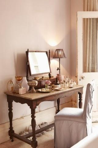 Design toaletki w sypialni, rzeźbiona konsola, krzesło z białym pokrowcem