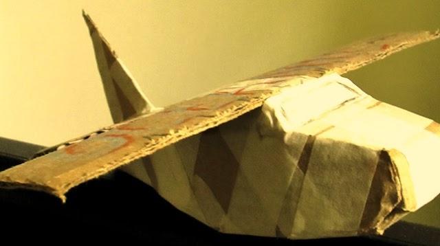 Um avião feito de papelão