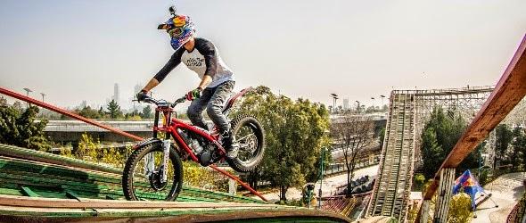Insolite : Julien Dupont parcourt une montagne russe en moto !