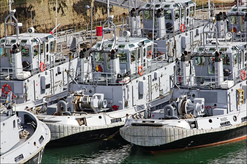 ma 238 tres du vent mdv remorqueurs dans le port militaire de brest devant le ch 226 teau dans les