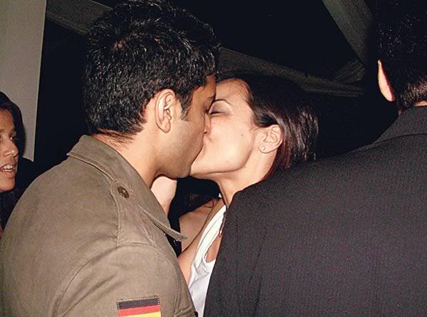 Farhan Akhtar kissing anuradha