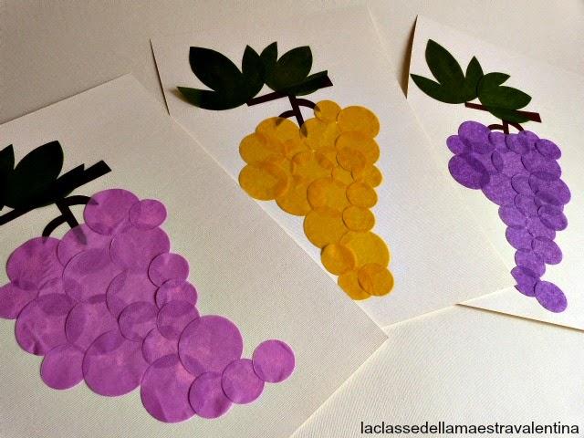 Tres racimos de uvas creados pegando círculos de papel de color sobre cartulina blanca.