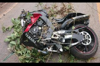 Na tarde de domingo (28), um acidente envolvendo um veículo de passeio e uma motocicleta deixou uma vítima fatal entre Barroso e Barbacena, na BR 265. Segundo informações da Polícia Rodoviária de Barbacena, o acidente aconteceu por volta das 14h, na altura do km 215 da rodovia. Um Toyota Corola, placa de Mercês, e uma motocicleta KTM 990 cc, com placa de Petrópolis (RJ), colidiram de frente. De acordo com o motorista do Corolla, a moto que seguia sentido Barroso/Barbacena teria invadido a contramão em uma curva. O condutor da motocicleta, identificado como Inácio Ribeiro Pimentel, de 35 anos, não resistiu e morreu. O motorista do veículo não sofreu ferimentos.