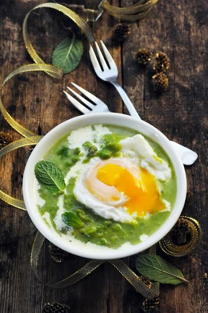 Soupe de petits pois à la menthe et son œuf mollet pour commencer mon menu de fête très Brit'Food pour Marque Repère !