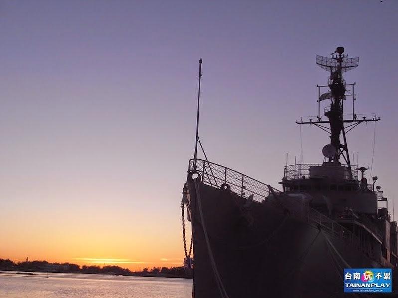 夕陽拍安平德陽艦