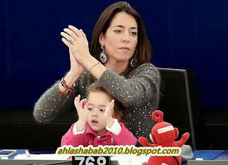 بالفيديو .. صاحبة أشهر صورة بالبرلمان الأوروبي تتبع خطي والدتها